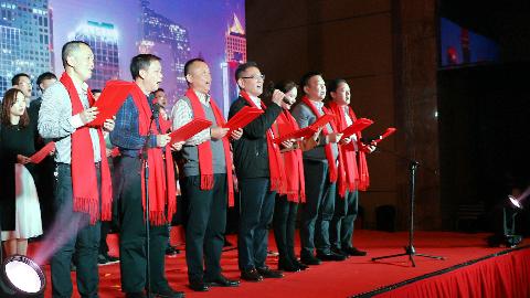 亚搏直播app官方网站集团粟平董事长携员工在2019新春年会大合唱《整装再出发》(图1)